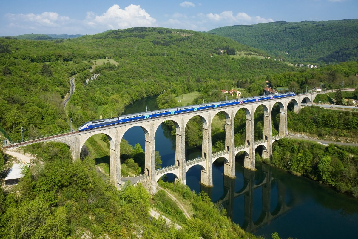 A train crossing over the Cize-Bolozon viaduct